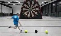 Génial : le jeu de fléchettes géant avec des ballons de foot !