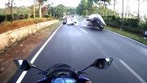 Un motard se couche afin d'éviter un accident avec une voiture