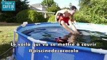 Un jeune américain fait trempette dans une piscine de Coca-Cola pur
