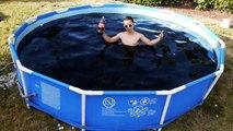 Se baigner dans 5600 litres de Coca-Cola