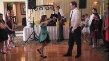 Son père refuse de danser mais elle insiste, puis ce qu'ils font surprend tous les invités!