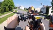 Un motard tente un wheelie devant une jolie fille pour l'impressionner