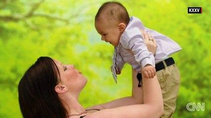 Une mère et son bébé tombent d'un pont. Ce que la mère a fait? Même les policiers sont sous le choc.