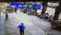 Un Taureau devient fou et charge des passants dans la rue