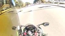 Ce motard se prend une voiture de face à grande vitesse - Accident terrible