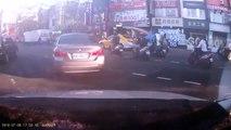 Une voiture renverse plusieurs scooters dans sa course folle !