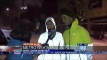 Une joggeuse glisse sur la neige en pleine interview télévisée