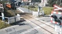 Un automobiliste passe quelques centimètres devant un train en marche !