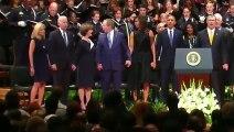 De locos: Ex presidente baila en medio de un funeral