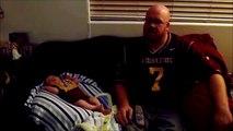 Quand bébé fête la victoire comme papa : bras en l'air