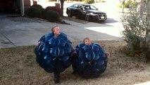2 gamins dans leurs costumes gonflables se battent en mode Sumo