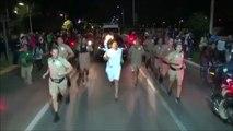 Un homme tente d'éteindre la flamme olympique avec un extincteur