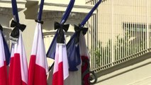 Nizza, bandiere francesi listate a lutto e a mezz'asta a Parigi