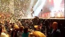 Gene Simmons y una dolorosa caída en pleno concierto