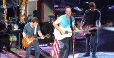 """Michael J. Fox rejoint Coldplay lors d'un concert et rejoue une célèbre scène de """"Retour vers le futur"""" (vidéo)"""