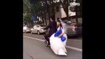 Une jeune mariée chute d'un scooter mais son mari continue sans elle