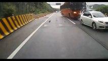 Un bus fonce à pleine vitesse sur des voitures arrêtées sur l'autoroute - Terrible accident