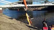 Het dak van de stuurhut van het schip wordt uit het water gehaald - RTV Noord