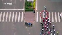 Un piéton traverse en pleine course de vélo en chine et provoque une terrible chute massive