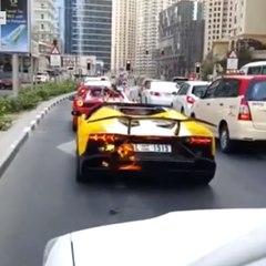 Este conductor se emociona y su Lamborghini se incendia