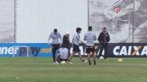 Pato marca dois belos gols de falta no treino do Corinthians