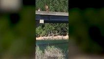 Cette fille saute d'un pont et fait un plat impressionnant