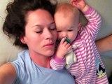 Cette maman faisait sa sieste avec son bébé, mais ce qu'il lui fait à 00:53 est trop drôle. Regardez !