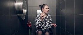 Elle gâte un iconnu dans les toilettes