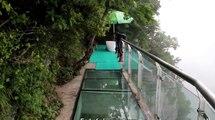 Cette passerelle en verre de 1403m d'altitude, est la plus vertigineuse qui soit