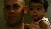 Papa et bébé s'amusent à faire des grimaces... Adorable le gamin
