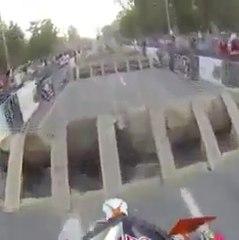 Un motociclista demuestra su increíble habilidad en una carrera de obstáculos