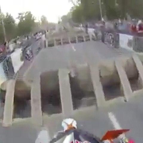 Um motociclista demonstra sua incrível habilidade em uma corrida de obstáculos
