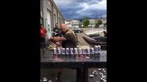 Il découpe 15 canettes de bière en un coup de hache! En mode VIKING