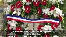Prêtre assassiné: des fleurs déposées devant l'église