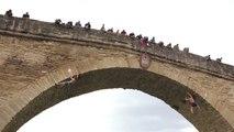 Des grimpeurs escaladent un pont sans équipement de sécurité