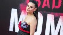 Mila Kunis montre son petit ventre à la première de Bad Moms