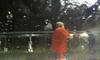 Attaqué alors qu'il lave sa voiture, il chasse les individus armés avec un karcher