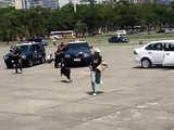 La police de Rio est prête pour les jeux Olympiques : Ce chien attaque son maître policier au lieu du voleur en exercice à Rio !