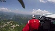 Il saute en Wingsuit depuis un hélicoptère et touche sa cible au plus pret du sol!