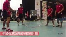 Entraînement de fou à la double corde à sauter par des athlètes chinois