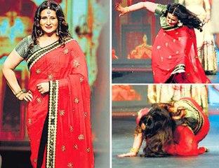Poonam Dhillon falls on the Ramp at Vikram Phadnis's Fashion Show