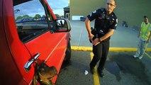 Deux policiers sauvent un chien pendu par-dessus la vitre d'une camionnette