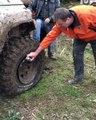 Comment remettre le pneu d'un 4x4 sur a jante... Dingue