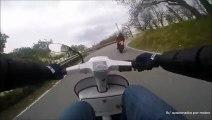 Humiliation d un motard par un scooter