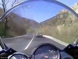 Un chauffard empeche un motard de le doubler et le percute