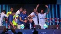 Zidane aspergé de champagne par ses joueurs