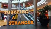 Cette blonde prend un malin plaisir à caresser la main des individus dans un escalator !