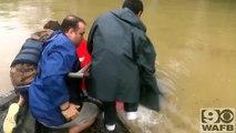 Cette homme sauve une femme et son chien de la noyade !