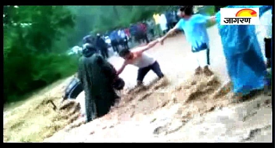 बाढ़ की तेज धारा पार करने से पहले ये वीडियो जरूर देखें