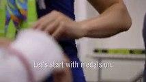 Michael Phelps le enseñó  a medallistas olímpicos como arreglar las medallas para una foto